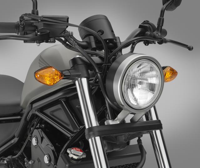 画像: φ135mm丸型ガラスレンズをアルミダイキャスト製フレームでマウントしたヘッドライトは250、500共通。質感とサイズにこだわった仕上がりだ。※写真は輸出仕様