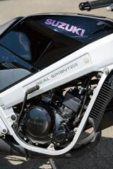 画像: 「REAL SPRINTER」の文字が入った車体側面のこの部分。これはフレームではなく、RG50Γと共通のフレームの上から装着されたカバーなのだ。エンジンはRG50Γと同じ水冷2スト・ピストンリードバルブ。