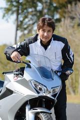 画像: 左右の端まで伸びるX字デザインの、LED式ヘッドライトは、スポーツバイクらしいカッコよさを上手く演出しているな、と思いました。VFR800Fは今回のマイナーチェンジで、全体にスタイリングが良くなりましたね。