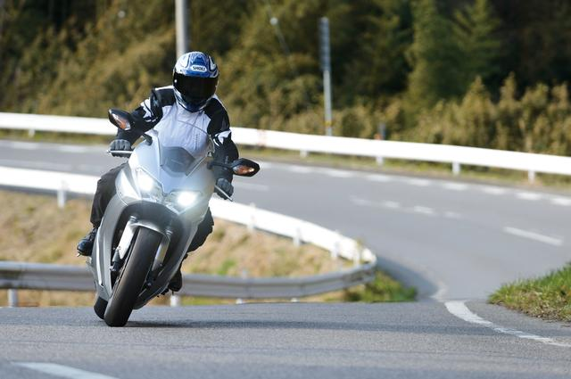 画像: 「大人のスポーツバイク」というコンセプトを踏襲するVFR800F。各種端末電源用のアクセサリーソケットなど、スポーツツアラーとしての装備を充実させた。