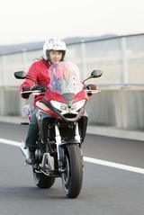 画像: 「クロスオーバーデザイン」のVFR800Xは、新たに5段階調整式のアジャスタブルスクリーンを採用。800Fとともに、ETC車載器とグリップヒーターを標準装備しており、「旅バイク」としての性能を向上させている。