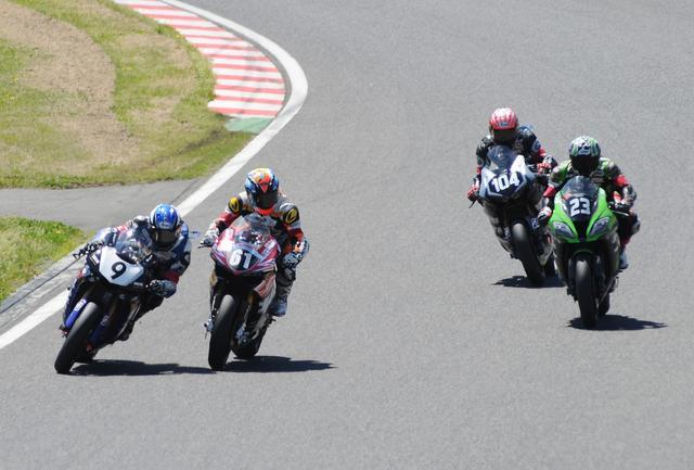 画像: レース後半、高橋→津田の後方で3番手争いの#9藤田、#23渡辺、#104山口 藤田が3番手に上がった瞬間です