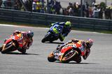 画像: レース前半は#26ペドロサを先頭に、マルケス、 #46ロッシの順で周回を消化します
