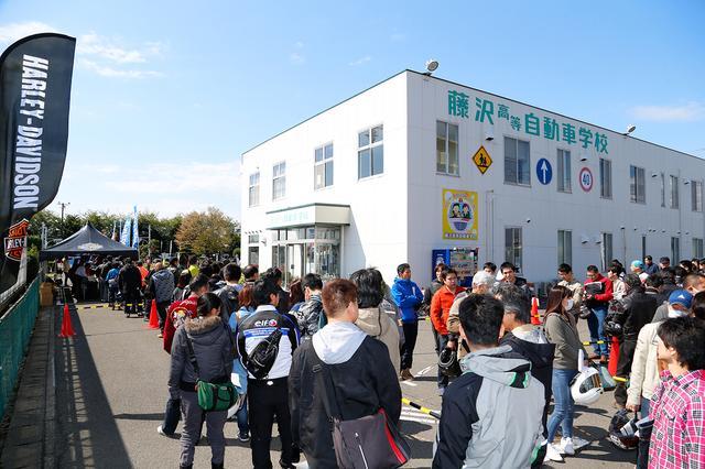 画像: イベント開始前にこの行列! アンケート記入者だけでも、試乗会417名、体験教習63名もの参加者が集まった。