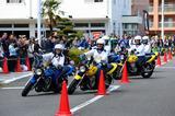 画像: お昼休憩には、藤沢高等自動車学校の二輪教習指導員によるデモ走行が。6人揃っての練習は、なんと当日の朝1回のみ! にも関わらず、見事に息の合った走りを披露していたのがさすがです。