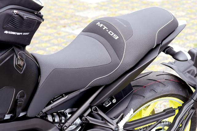 画像: 「BAGSTER レディーシート(5万9400円)」は、形状と素材にこだわることで、ホールド性を高めたカスタムシート。「MT-09」の車名入り。2014年モデルから2017年モデルにまで対応している。