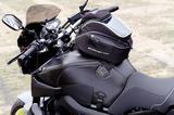 画像: 燃料タンクカバーを保護する「BAGSTER タンクカバー ブラック(2万7108円)」は、傷隠しやイメージチェンジにも有効。写真は専用の「BAGSTER タンクバッグ マトリクス 6L(1万2960円)」を装着。