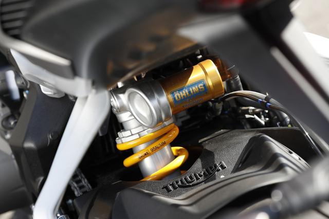 画像: 上級グレードのRSは、リアサスペンションにオーリンズ製のSTX40ピギーバックタイプを標準装備。 フロントフォークはショーワ製のBPF(ビッグ・ピストン・フォーク)を装備する。
