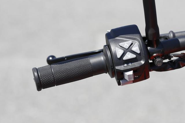 画像: そのメーターを操作する切り替えスイッチはアドベンチャー系と同タイプのもの。 直感で操作できる十字レイアウトのボタンは操作性にも優れる。