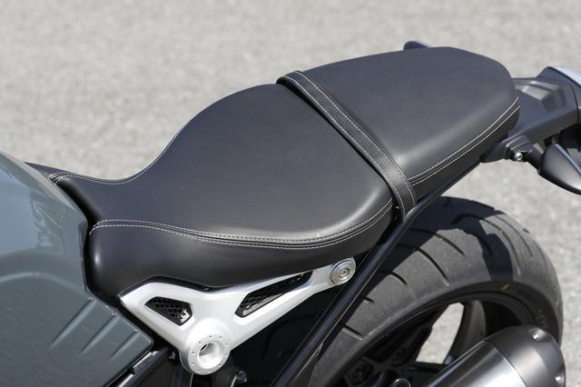 画像: 座り心地のいいシート。前方の絞り込みと775mmという低さで 足つき性に関しては文句はないだろう。タンデム部は取り外してアレンジ可能。