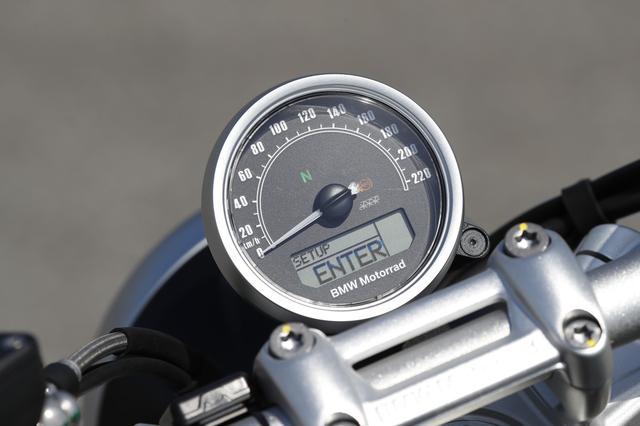 画像: メーターはシンプルな単眼式だが、下部に各種インフォメーションを 表示可能な液晶モニタを装備。ユニットはスクランブラーと同様のものだ。
