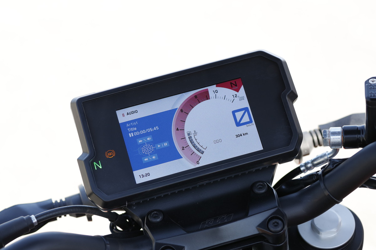 Image: Large TFT meter like a smartphone. It is also possible to connect with a portable audio device, and it is possible to display the song title and fast forward the song like this.