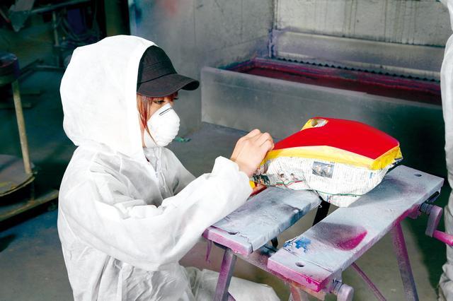 画像: 「ゼッケン部分は塗り分けよう!」という思いつきで、初めてのマスキングに挑戦する国友愛佳ちゃん。美大卒のキャリアが活きた瞬間です。