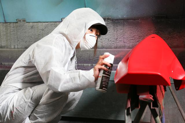 画像: 執拗にアンダーカウルを塗り続ける愛佳ちゃん。結果、かなり重量感のある仕上がりに…。