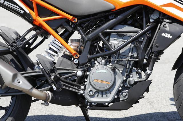 画像: エンジンは15HPを発揮する強力なDOHCシングルを引き続き採用。 軽量な車体とあいまって、走りはルックス同様のシャープなもの。