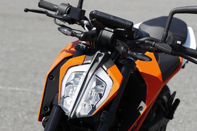 画像: 独特な形状が印象的な、分割デザイン採用のLEDヘッドライトは、 兄貴分の1290やアドベンチャーシリーズにも共通の「ファミリーフェイス」。