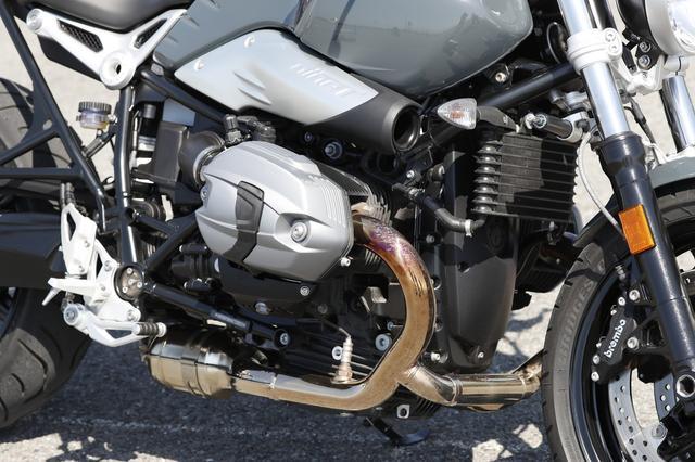 画像: エンジンはシリーズ共通の空油冷ボクサーツイン。110PSのパワーも カウル付きの「レーサー」などと同じスペックとなっている。