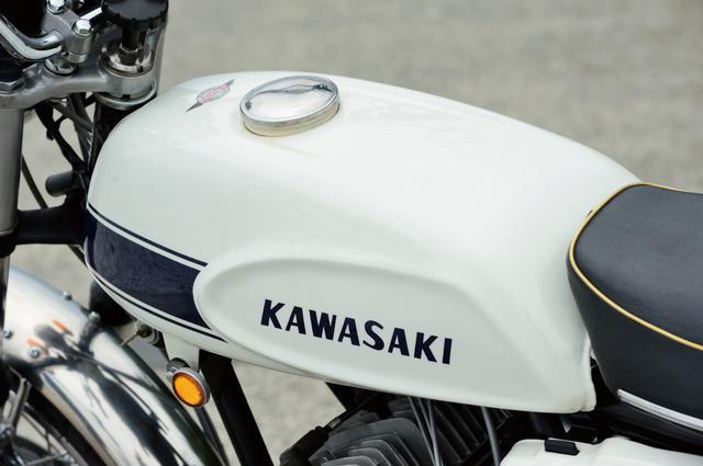 画像: マッハⅢを特徴づける細身のガソリンタンクは、アメリカでデザインされたものと伝えられた。初代のカラーリングはこのホワイトとブラックの2種類で、ホワイトは国内販売されなかったのだが、有力ショップの店頭にはこのホワイトが誇らしげに飾られていて、ファンの目をくぎ付けにした。