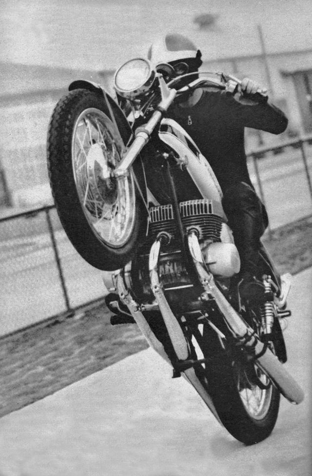 画像: 68年の東京モーターショーという大舞台でデビューした500SSマッハⅢの頭上には「2サイクル3気筒は4サイクル6気筒に匹敵する!」と書かれた横断幕が張られていた。これはホンダが20メートルほど先で、4スト4気筒エンジンを載せたCB750Fourを展示していたことに対するアピールだった。