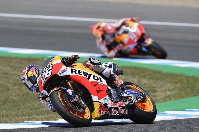画像: タイヤ選択では、ペドロサが前ミディアム/後ハードに対し、マルケスは前後ハード だから、レース終盤にマルケスが来る!…と思われながら、ペドロサは寄せつけませんでした!