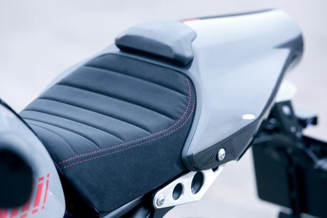 画像: タックロール風のワディングの入ったシートはXSR900アバルト専用のパーツ。アルカンターラ調の表皮にレッドのステッチをあしらい、スポーティさと高級感を両立している。