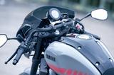 画像: エースバーと呼ばれる、独特な形状のドロップハンドルはXSR900の欧州向けアクセサリーカタログに載っている純正用品のひとつ。これによりポジションは強めの前傾となる。
