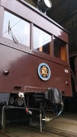 画像: 「デハ101」は、昭和3年(1928年)弊社開業当時から走っている車両で、全長約16m、幅約2.7m、高さ約4m、車軸と台車枠の間にモーターが橋渡しされ、吊り掛ける形になっていることから、「吊り掛け式」と呼ばれ、うなるような独特の低駆動音が客室に直に伝わります。車内も当時を思わせる木製の窓枠で、床などのデザインも昭和初期を思わせる木貼りであることから、鉄道ファンならずとも乗車する人々を魅了しております。現在、営業線を走る電車として「日本で最古の車両」と言われております。