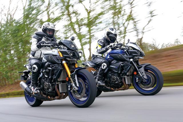 画像: 左が「MT-10 SP ABS」、右が「MT-10 ABS」。