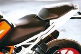 画像: ライダー側のシートは前方が絞り込まれ、足つき性やニーグリップしやすさに貢献している。タンデムシートの座面は広くなり居住性が向上。段差が低くなったので前後への体重移動もしやすくなった。