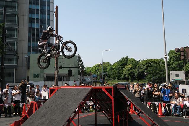 画像2: デモンストレーションで、都心の空にバイクが飛ぶ!