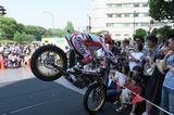 画像1: デモンストレーションで、都心の空にバイクが飛ぶ!
