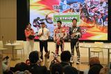 画像: 右から小川友幸選手、藤波貴久選手、司会の小林直樹さんとHondaスマイル嬢。選手の登場に大きな拍手が。