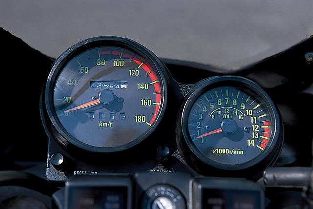画像: 速度計が大きく、回転計が少し小さいコクピットビューは、当時のGPzシリーズの共通のデザインである。レッドゾーンは、11500rpmから始まっている。