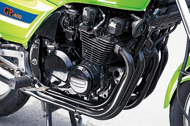 画像: 黒塗り仕上げのエンジンに合わせ、エキゾーストパイプとマフラーはブラッククロームメッキ仕上げを採用。なおオイルクーラーは、オプション設定されたアイテムのひとつ。