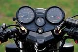 画像: 速度計と回転計の間に、燃料計を配置したメーターまわり。フロントフォークはエア加圧式で、インナーチューブトップには、そのエアバルブを見ることができる。