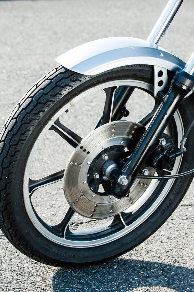 画像: シングル式のフロントディスクブレーキは、シングルピストン式キャリパーの組み合わせ。フォークのストローク量は180㎜。当時の純正タイヤはダンロップF7を採用。