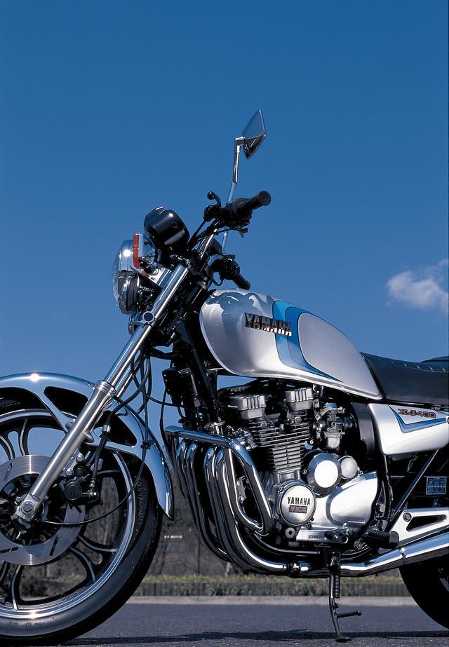 画像: 既存のナナハン並みに大きく見え、そして高性能というテーマで生み出されたXJ400。先に生み出されたXJ650よりも、外装デザインは意図的にクラシカルな意匠が与えられていた。実際の乗車ポジションはコンパクトだ。
