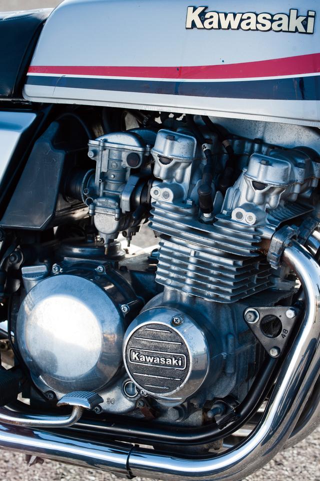 画像: その堂々たるエンジンの外観も、Z400FXの人気の秘密のひとつであった。4連キャブレターはTK製を採用。なお始動方式はセルのみで、キックスターターは採用していない。