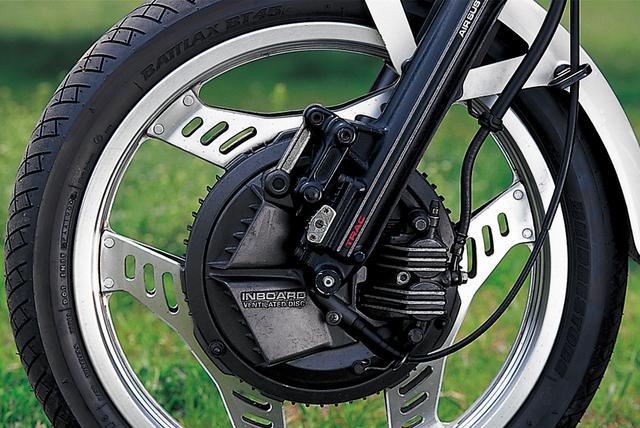 画像: TRACと名付けられたアンチダイブ機構は、国内向けオンロードモデルではこのCBX400Fが初採用。ブレーキはインボード式を前後に採用している。
