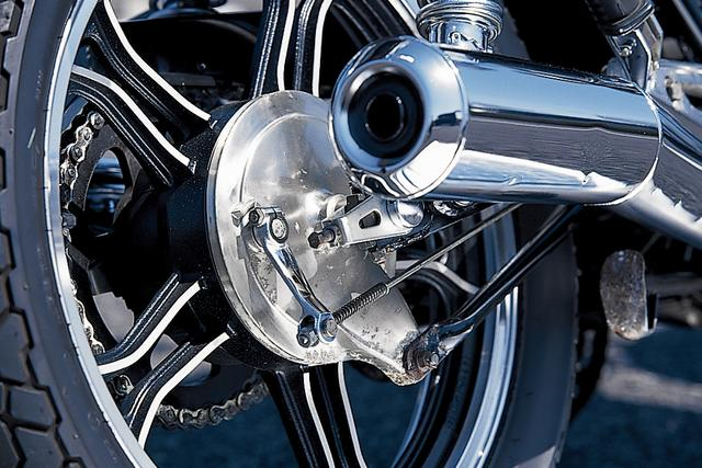 画像: リアブレーキはドラム式を採用。マフラーは後端がせり上がったデザインの2本出しで、躍動感あるスタイリングを演出。キャストホイールは、新設計されたパーツであった。