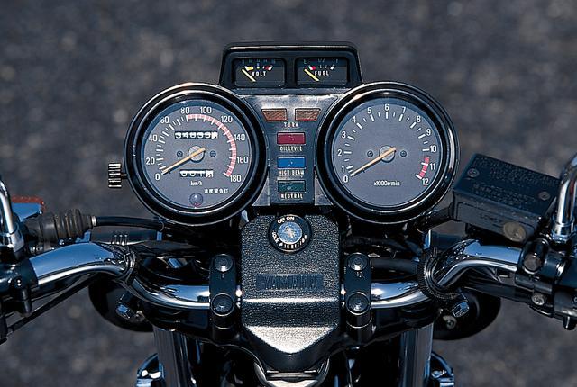 画像: ヤマハが4連メーターと称したコクピットまわり。重量車にも採用されることが珍しい電圧計と、燃料計を速度計と回転計の間に配置。デラックスさを追求した仕様と言えるだろう。