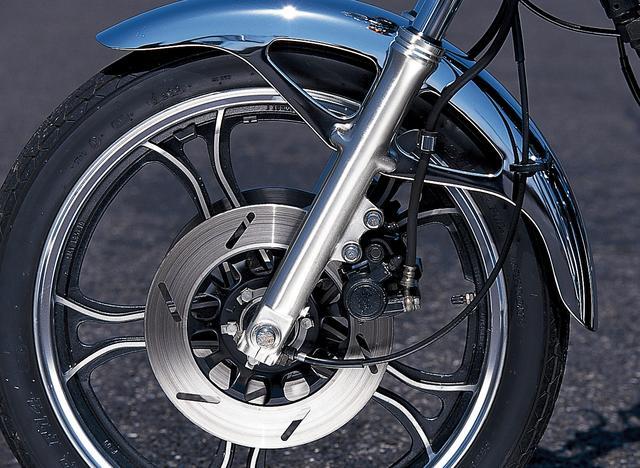 画像: フロントタイヤは19インチを採用。比較的長めのホイールベースとともに、穏やかなハンドリングを提供する。ブレーキはコントロール性に優れるダブルディスク式だった。