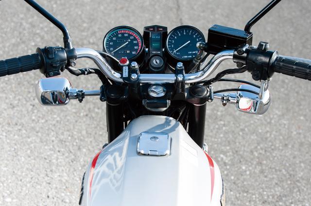 画像: 速度計、回転計の間に、上からウインカー、ハイビーム、ニュートラルの各インジケーターを配置。なおクラッチレバーを握らないと、セル始動しないようになっている。