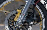 画像: フロントブレーキはダブルディスク式を採用。フロントフォークの前側につくパーツは、油圧式のアンチダイブフォークのメカニズムである。