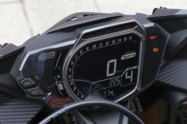 画像: 先進的なフルデジタルメーター。液晶を囲む枠を薄くして液晶を大型化、視認性を向上させつつ、豊富な情報をわかりやすく表示する。