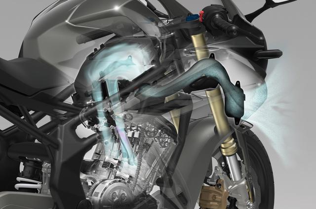 画像: 専用開発のコンパクトな水冷並列ツイン。高回転化を狙ってデザインされ、スロットルバイワイヤを組み合わせる。高性能なだけでなく「操る楽しみ」を堪能できるフィーリングも持つ。