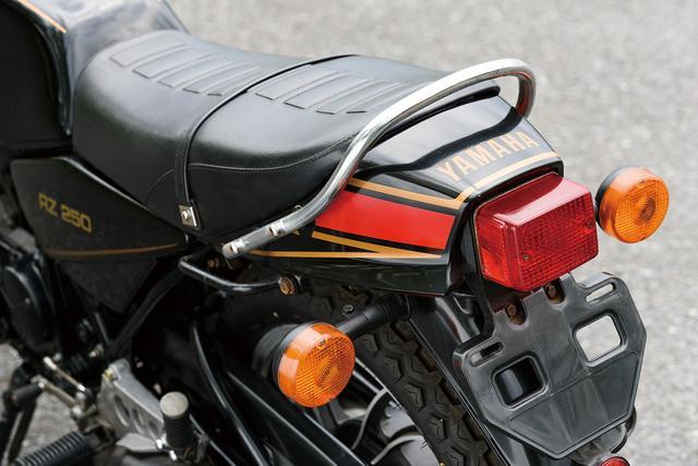 画像: シートの後ろ、テールエンドに装着されたコンパクトなシートカウルだが、シートの形状ににピタリと合わせたデザイン。これがRZ250のリアビューをより軽快なイメージに見せている。