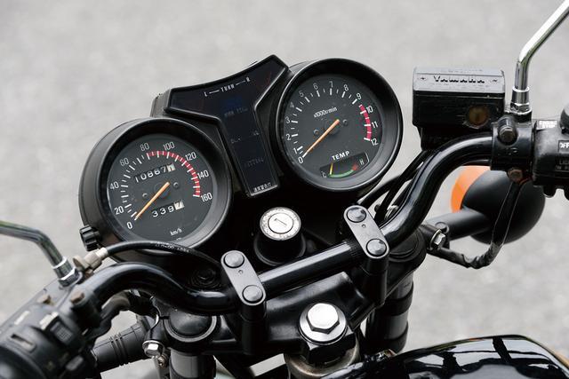 画像: アナログ2連メーターの中央のT字部分にインジケーターを配したケースに組み込まれた斬新なデザイン。スピードメーターは180km/hスケール、タコメーターは1万2000rpmスケールで9500rpmからがレッドゾーン。