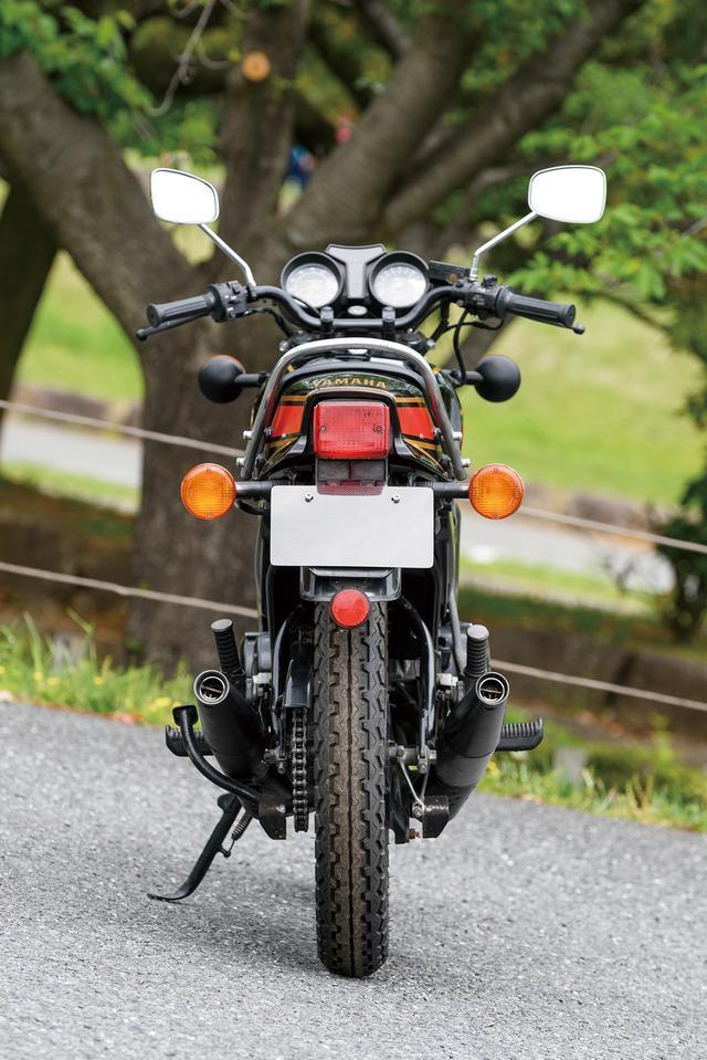 画像: RZ250の初期型のカラーリングは、白×赤と、この写真の黒×赤の2タイプが用意されていた。印象的なデザインの軽量なキャストホイール、大径ハロゲンヘッドライトなどを装備したスポーティなスタイリングも人気を加速させた。