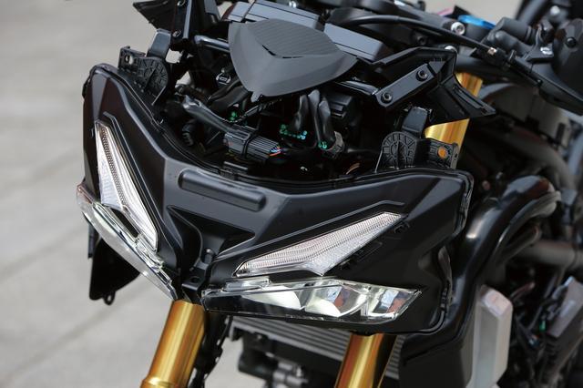 画像: 薄く小さなデュアルヘッドライトはLED。上側はライン発光のランプ、下側が左右それぞれにハイ/ロー切替機能を備えたヘッドライト本体。